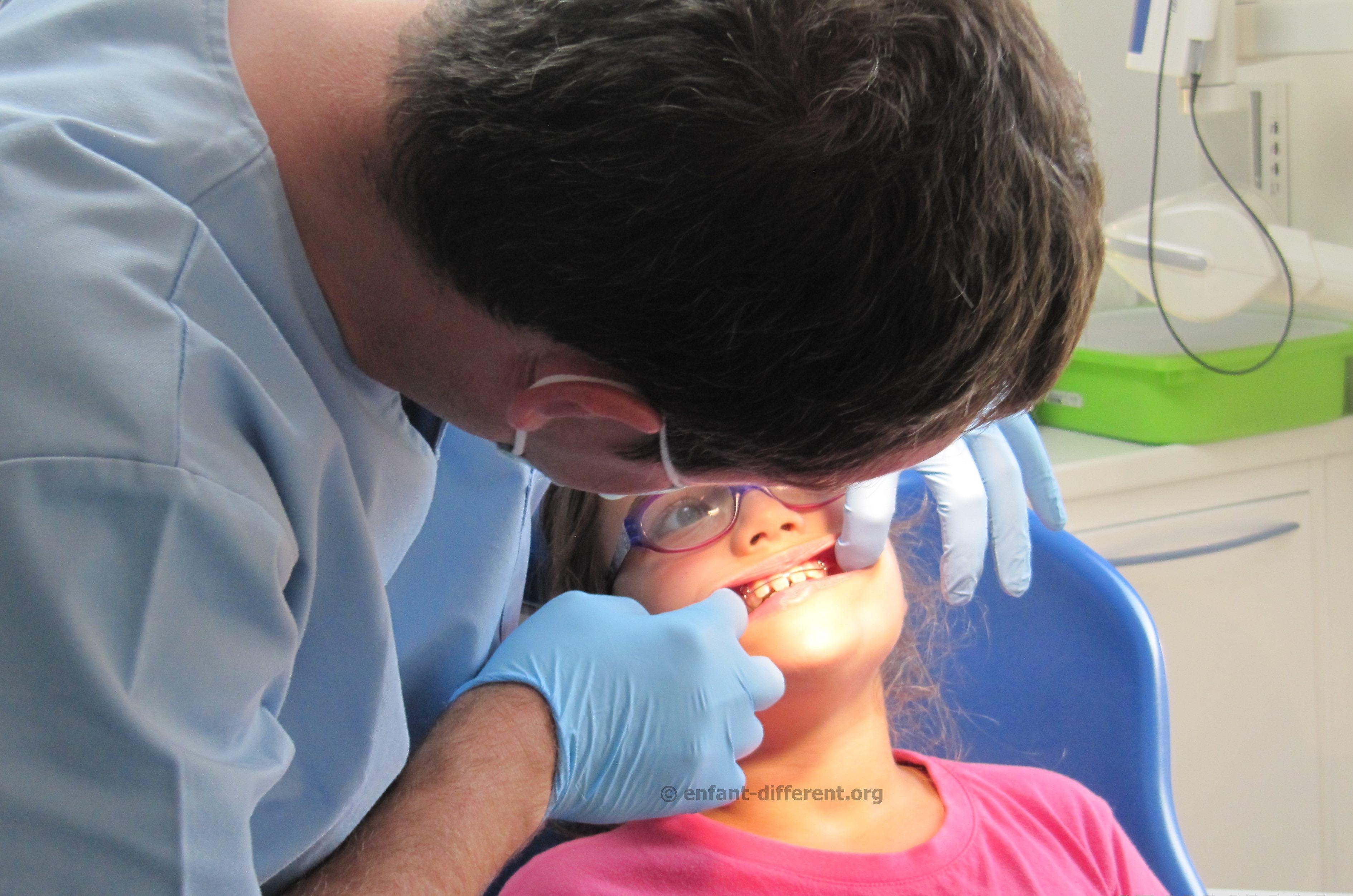 dentiste avec un enfant en situation de handicap