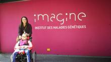 maman et sa fille en fauteuil roulant