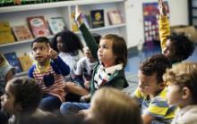 enfants qui lèvent la main en classe