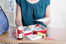 Femme et trousse à pharmacie