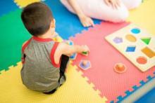 enfant qui joue sur un tapis