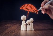 famille protégée par un parapluie dessiné