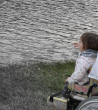 enfant en fauteuil roulant au bord de l'eau