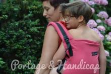 maman qui porte son enfant